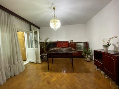 Apartament cu 3 camere, decomandat, de vanzare, in Timisoara Aradului.