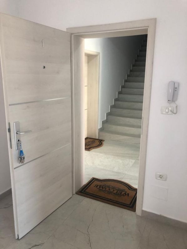 3 camere + terasa de vanzare in GIROC- ID V99 6