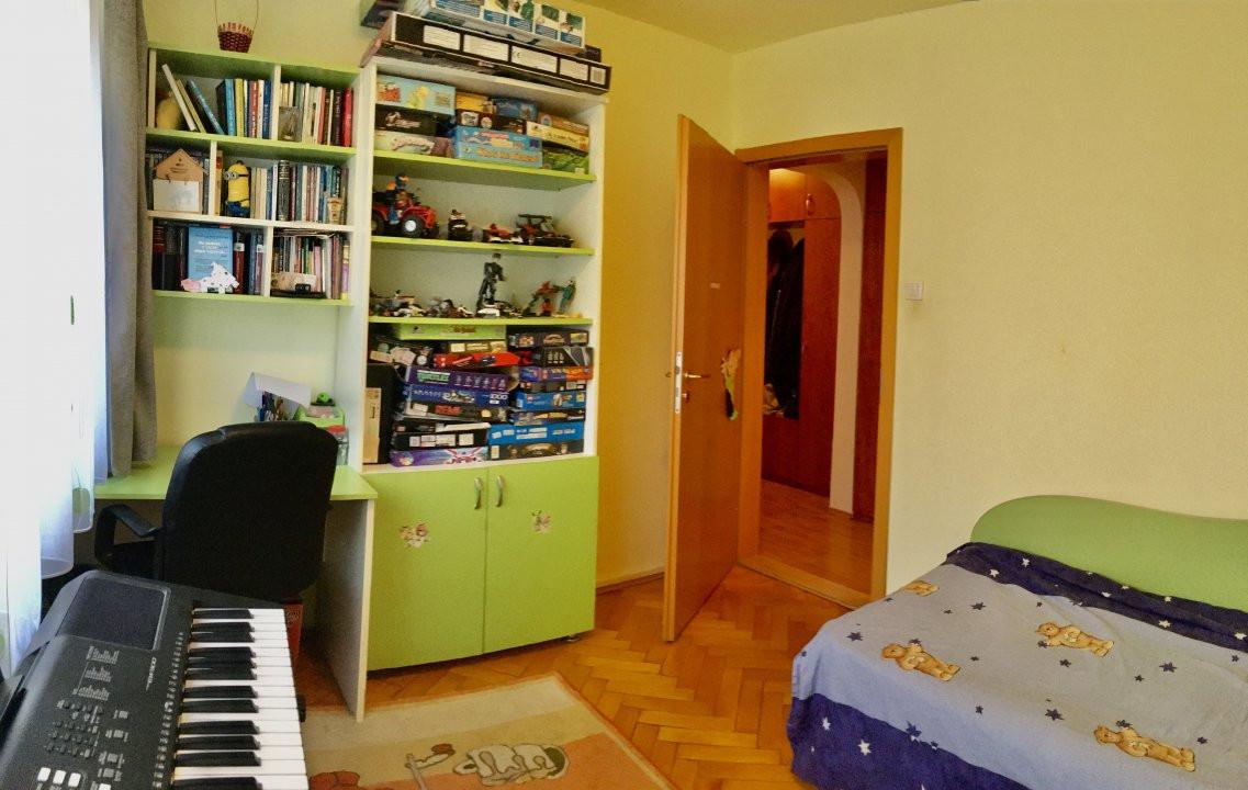 Apartament cu 4 camera, decomandat, de vanzare, zona Cetatii 5