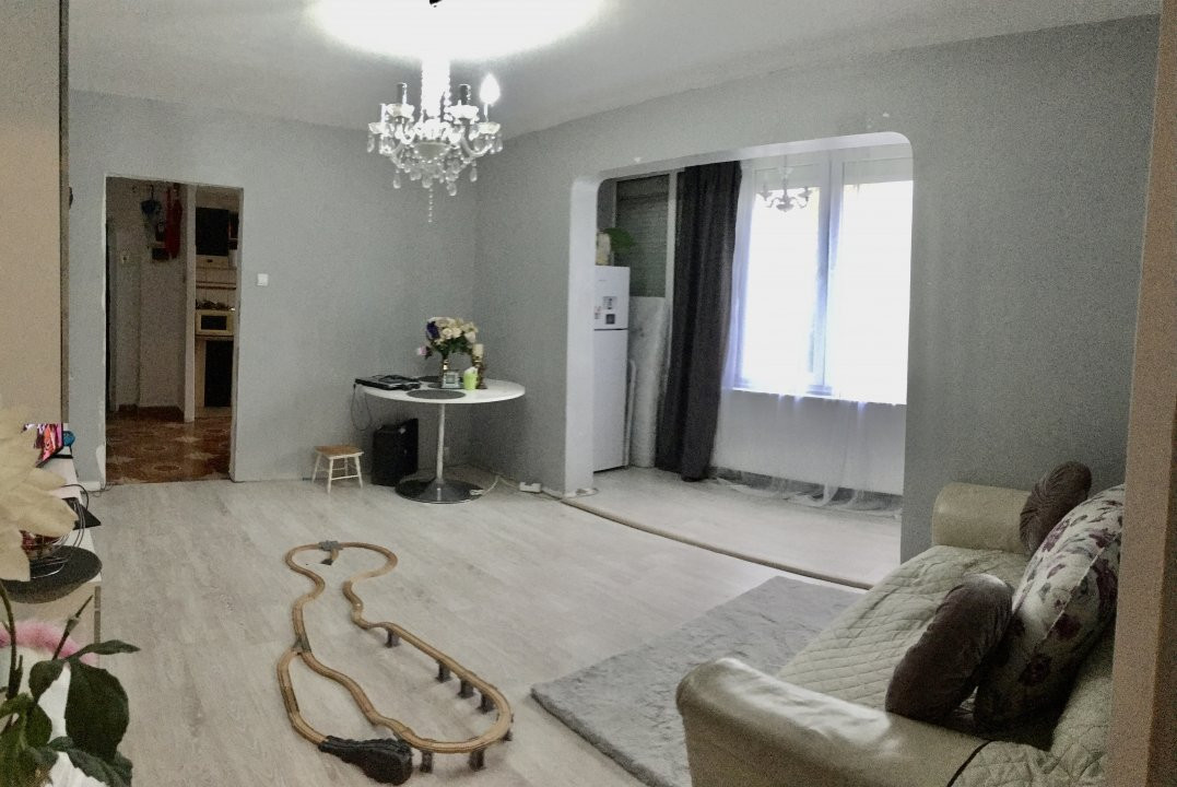 Apartament cu 3 camere, semidecomandat, de vanzare, zona Circumvalatiunii. 2