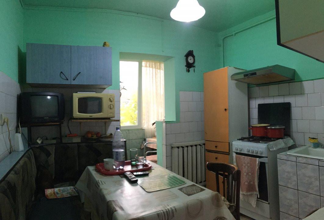 Apartament cu 3 camera, decomandat, de vanzare, zona Lipovei 8