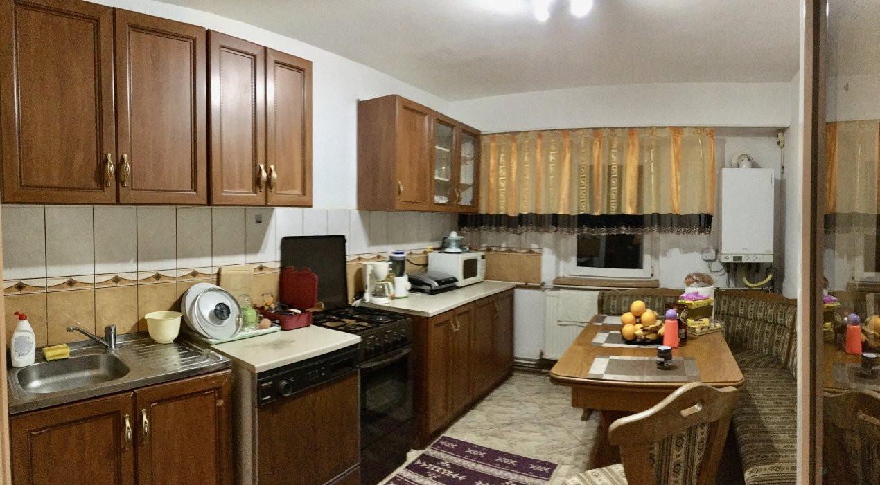 Apartament cu 3 camere, semidecomandat, de vanzare, zona Lipovei. 12